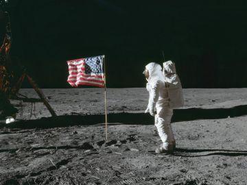 Astronautas colocando la bandera