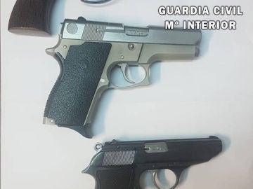 Tres de las cinco armas encontradas después de la riada de Tafalla.