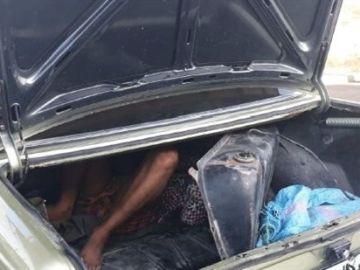 Joven oculto en el doble fondo del vehículo