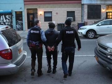 Los agentes del ICE arrestan a un inmigrante mexicano indocumentado durante una redada en Brooklyn, Nueva York.