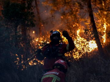 Bomberos trabajando en las labores de extinción en Portugal