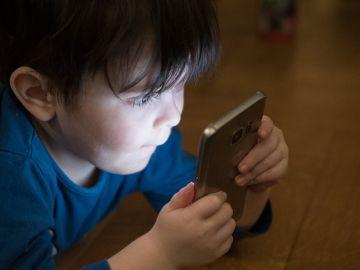 Un niño utiliza un teléfono móvil en una imagen de archivo.