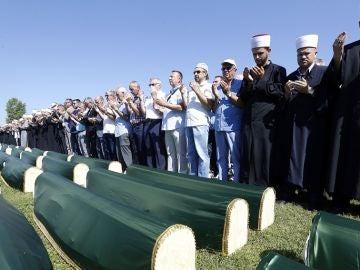 Bosnia entierra a 86 musulmanes 27 años después de la masacre en el conflicto entre Serbia y Bosnia