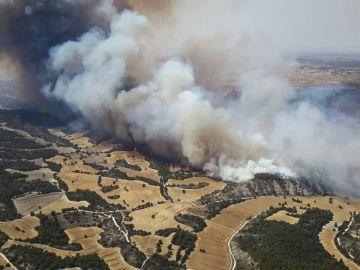 Un incendio amenaza a la sierra de Alcubierre en Zaragoza.