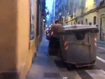 Denuncian la degradación de Barcelona con un vídeo de dos jóvenes manteniendo sexo entre contenedores