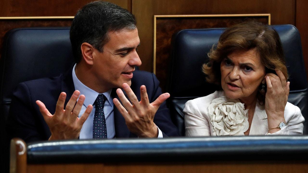 Pedro Sánchez acompañado de la vicepresidenta del gobierno, Carmen Calvo
