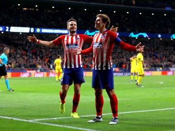 Saúl celebra un gol con Griezmann