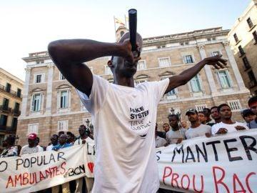 Manteros manifestándose en Barcelona contra el dispositivo policial desplegado