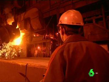 Un obrero en una planta siderúrgica