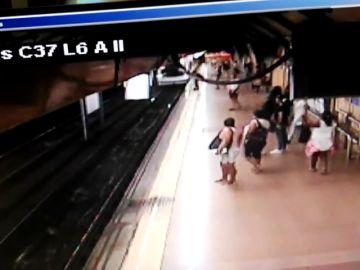El vídeo del momento en el que un hombre empuja a otro a las vías del Metro de Madrid