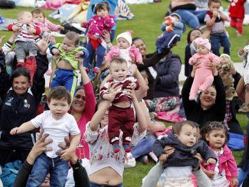 Unas 2.000 mujeres amamantan públicamente a sus bebés en Bogotá