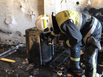 Un bombero trabaja en el lugar del incendio
