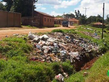 La lucha de dos ingenieros contra el plástico: así enseñan a darle un nuevo uso en un pueblo de Tanzania