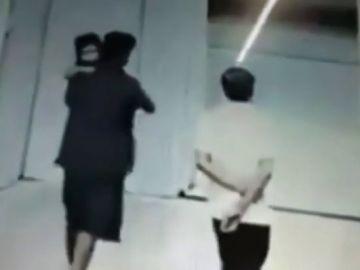 Un hombre secuestrando a una niña en una estación de ferrocarril en la India