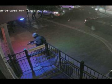 Salen a la luz nuevas imágenes del tiroteo en Dayton, Ohio: así abatieron al agresor cuando perseguía a una multitud de personas