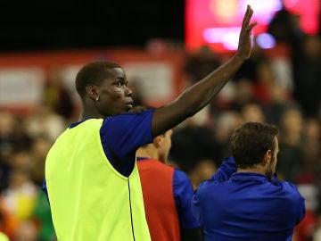 Pogba saluda a los aficionados durante un partido