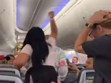 Una mujer agrede a su pareja en un avión tras una discusión