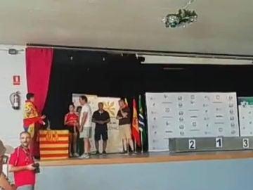 El momento en el que Pablo Ogazón fue a recoger la medalla