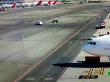 Colisión entre dos vehículos en plena pista de aterrizaje del Aeropuerto de Barajas