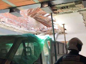 Imagen del muro derrumbado de una vivienda de San Fernando de Henares
