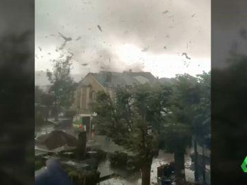 Imágenes del tornado en Luxemburgo arrancando el techo de una casa