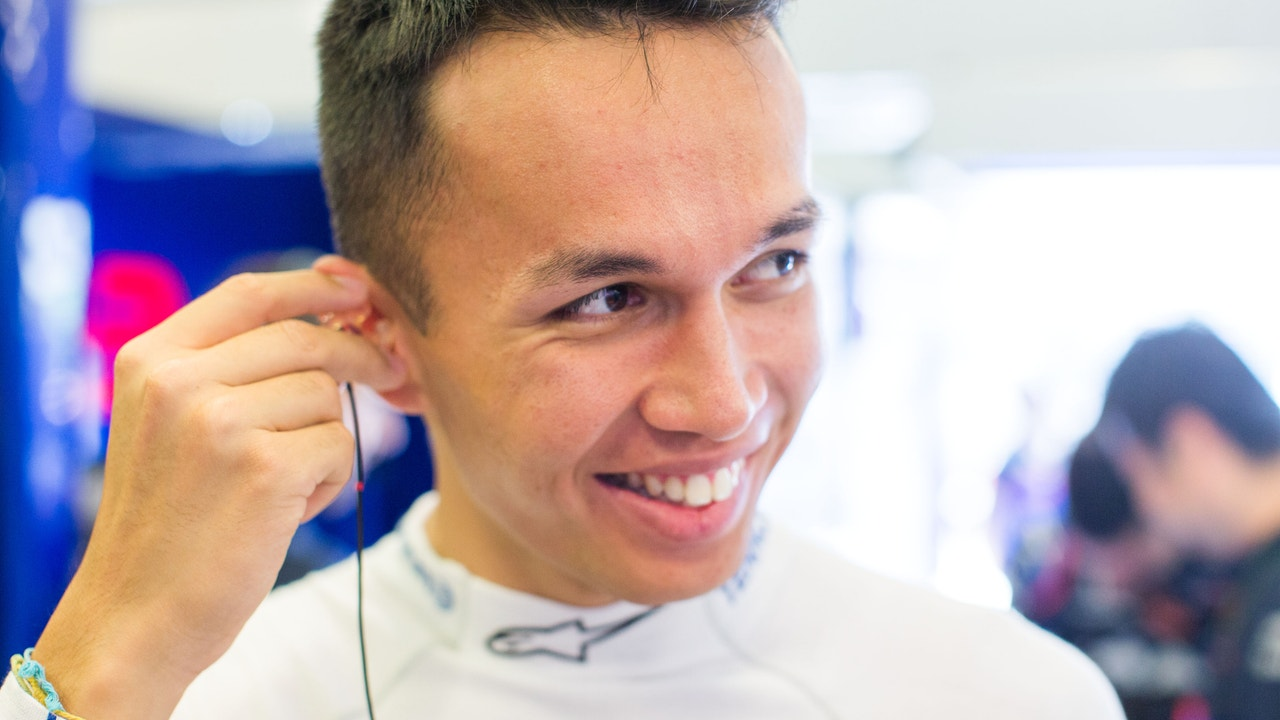 Albon, sonriente en el box de Toro Rosso