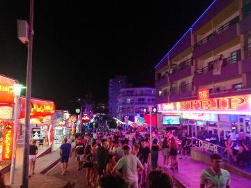 Magaluf abarrotado de turistas en plena temporada alta