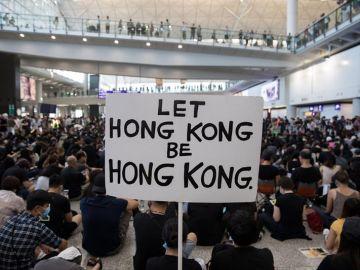 Protestas en el aeropuerto de Hong Kong para exigir al gobierno chino la autonomía de la región