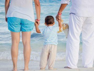 Padres y su hijo a la orilla de la playa