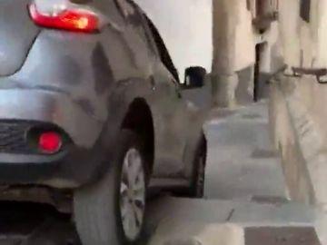 Un coche queda atrapado las escaleras del Ayuntamiento de Cuenca