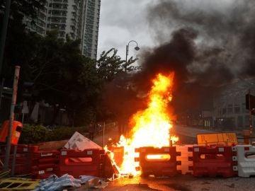 Los manifestantes en Hong Kong llegan a las inmediaciones del aeropuerto