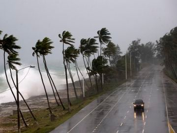 Imagen de archivo de un vehículo conduciendo con fuertes vientos