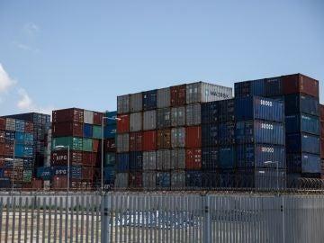 Contenedores permanecen almacenados en el puerto de Hong Kong (China)