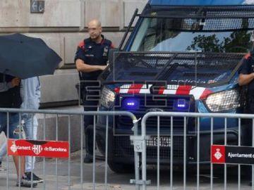 Dos de los siete acusados entran a la audiencia de Barcelona