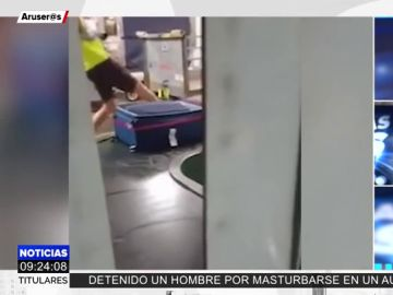 Graban a un trabajador del aeropuerto de Málaga pateando unas maletas