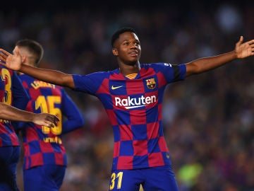 Ansu Fati celebra un gol con el Barça