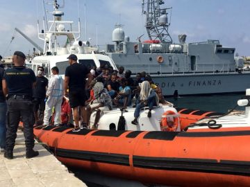 ¡Imagen de archivo de una embarcación con migrantes
