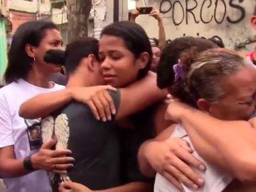 Imagen de familiares de la niña asesinada en Río de Janeiro