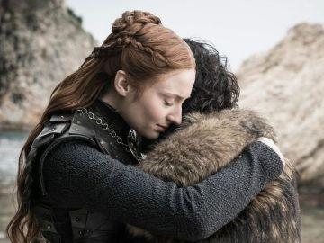 Sophie Turner abraza a Kit Harington en la última temporada de 'Juego de Tronos'.