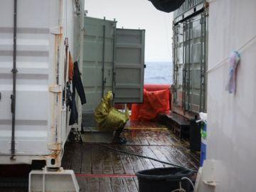 Uno de los migrantes a bordo del 'Ocean Viking'