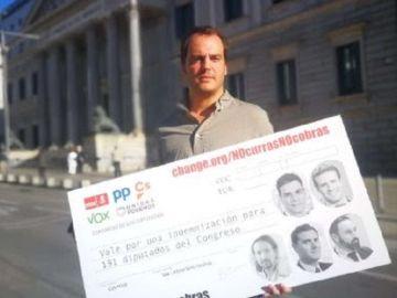 Txerra Par entrega las firmas de la campaña 'Si no curras, no cobras'
