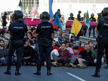 Activistas por el clima cortan el tráfico en Madrid