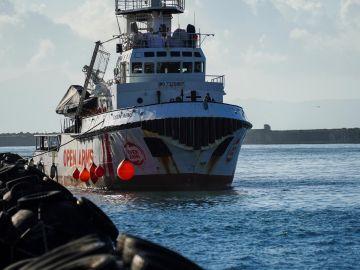 El barco con el que Open Arms rescató a los 44 migrantes
