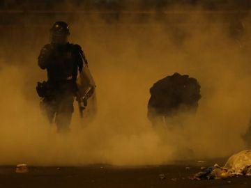 Un agente durante los disturbios en Ecuador
