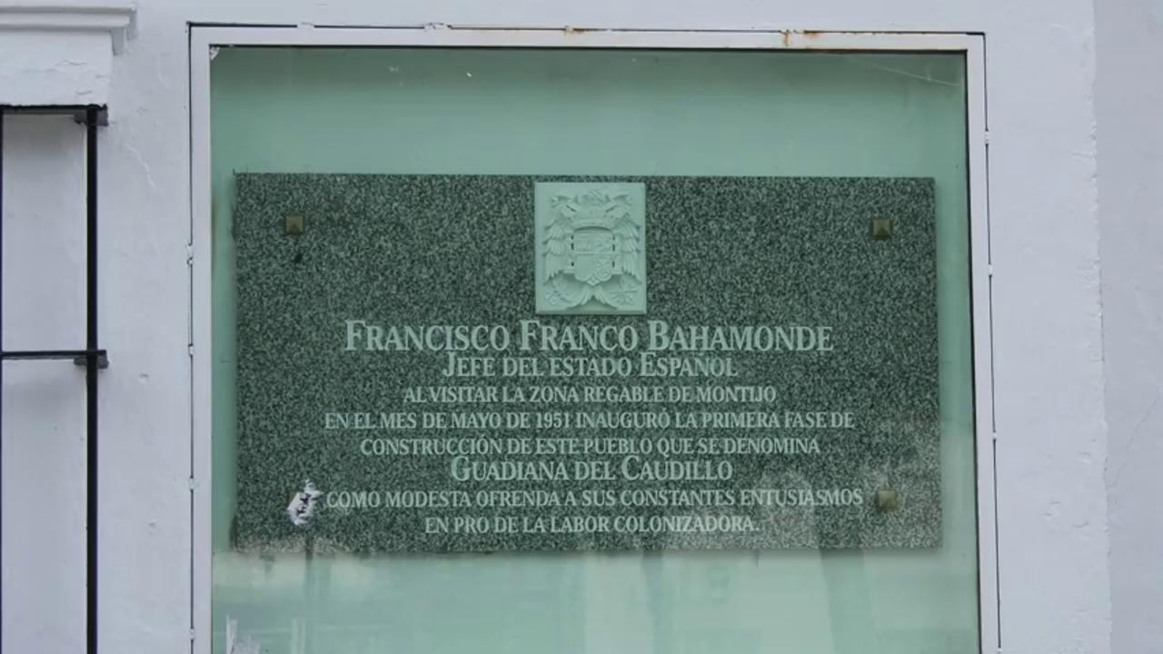 Guadiana del Caudillo (Badajoz)  retira la placa a Francisco Franco y acaba con los símbolos franquistas