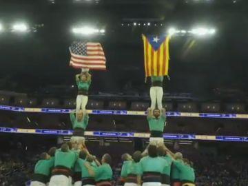 Los castellers de Vilafranca muestran una estelada en el pabellón de los Warriors
