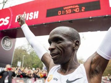 laSexta Deportes (12-10-19) Eliud 'Superman' Kipchoge demuestra que no hay imposibles: el keniano rompe la barrera de las dos horas en una maratón