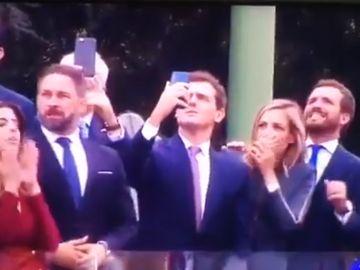 La reacción de Pablo Casado, Albert Rivera y Santiago Abascal al accidente del paracaidista durante el 12-O