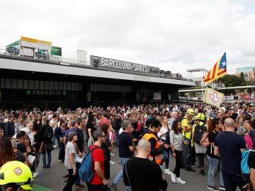 Manifestantes a las puertas de la estación de Sants de Barcelona