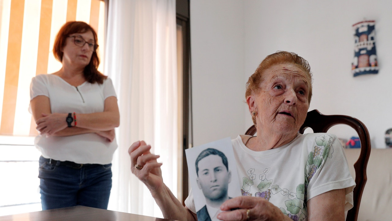 Montserrat Martínez junto a su tía Antonia Fernández, hermana de Ángel Fernández, que murió al finalizar la Guerra Civil y desde 1963 está enterrado en el Valle de los Caídos